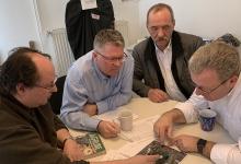 Die beiden Geschäftsführer der Zimpel & Franke Gruppe, Volkmar Stöcker und Mario Ebert sowie Jens Luge, einer der Projektkoordinatoren von Zimpel & Franke, mit Holger Buchta, dem zuständigen Revierleiter vom Staatsbetrieb Sachsenforst