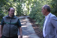 Holger Buchta zeigte uns den geschädigten Teil des Waldes.