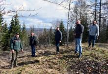 Foto (v.l.n.r.): Uwe Gruber (Sachsenforst, Revierleiter Aue), Jens Luge, Tobias Richter, Mario Ebert und Sven Spitzner