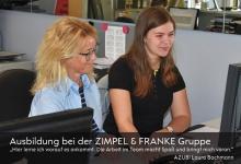 Azubi Laura Bachmann an ihrem Arbeitsplatz unter Anleitung von Ines Mühlhans