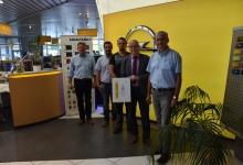 Übergabe der Service Urkunde durch den Opel Distriktleiter Service Bernd Richter im Autohaus Zimpel & Franke in Zwickau