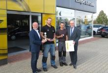 Übergabe der Urkunde und Ansteck-Pin`s an das OPEL Serviceteam vom Autohaus Meerane durch den Opel Distriktleiter Service Bernd Richter