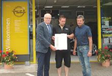 Übergabe der Urkunde und Ansteck-Pin`s an das OPEL Serviceteam vom Autohaus Klingenthal durch den Distriktleiter Service Bernd Richter