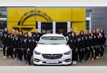Die Mannschaft samt Trainer in ihren neuen Trainingsjacken vor unserem Autohaus in Bad Schlema.